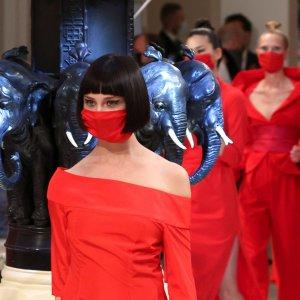 2021-es divat: a ruhával azonos színű maszk