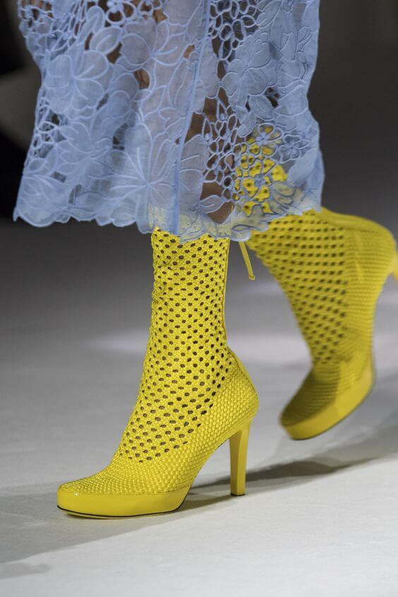 2021-es divat: sárga lyukacsos csizma